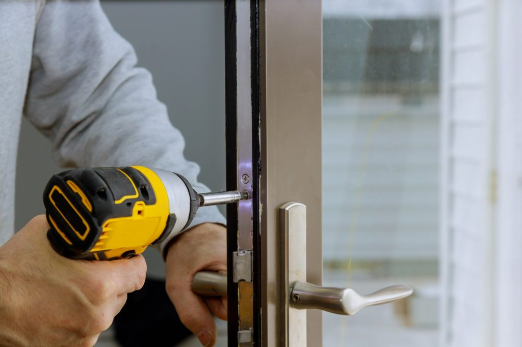 Locksmith in installing new Fabricamos Puertas Blindadas en Las Palmas
