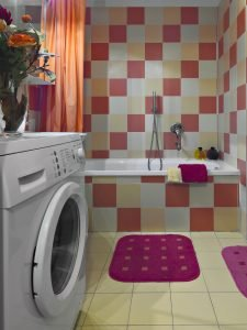 Interior de baño moderno con lavadora demasiado saturado